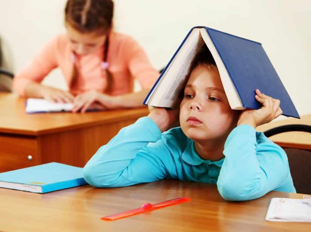 criança impaciente na escola denunciando possível sintoma de TDAH